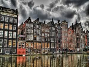 Postal: Nubes de lluvia sobre las casas
