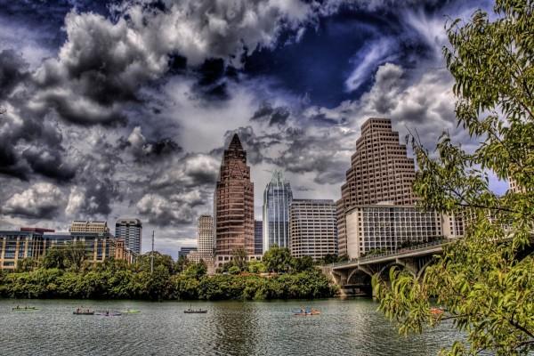 Piragüismo en el río de la ciudad