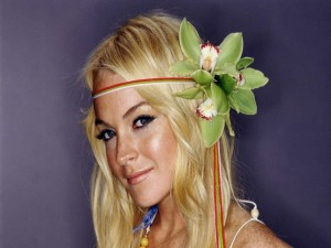 Lindsay Lohan con flores en el pelo