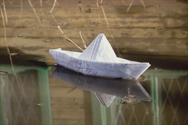 Barco de papel sobre el agua