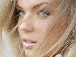 Muchacha rubia de ojos azules