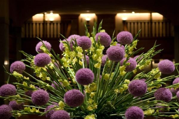 Elegante ramo de flores lilas y amarillas