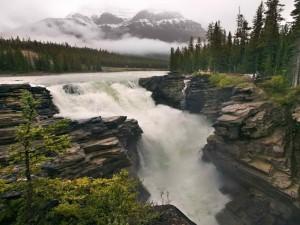 Gran cascada entre las rocas