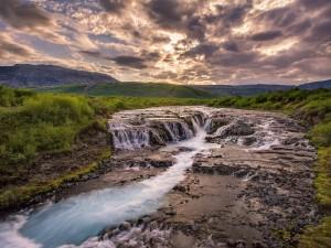 Cascadas y un río en Islandia