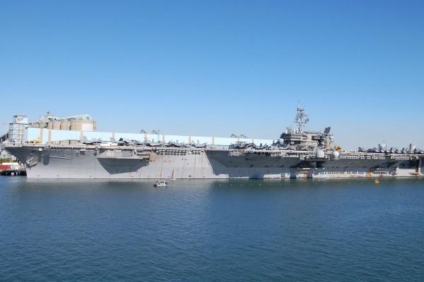Un portaaviones anclado