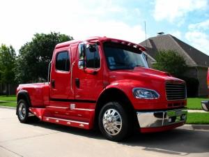 Postal: Camión cuatro puertas rojo