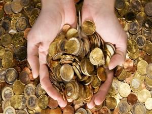 Manos juntando monedas
