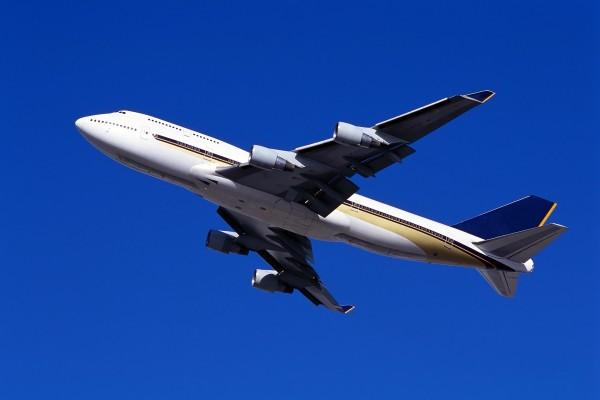 Avión en un cielo limpio y azul