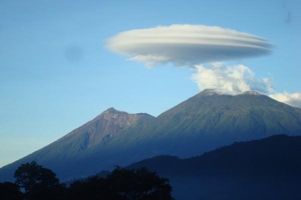 Nube lenticular sobre la montaña