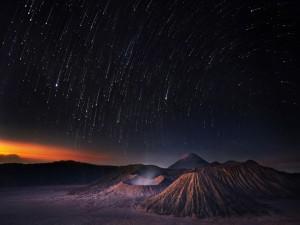 Postal: Lluvia de estrellas, en el  Parque Nacional Bromo Tengger Semeru