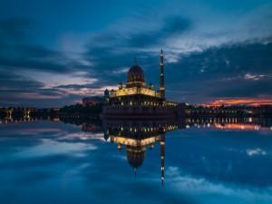 Reflejo en el agua de la Mezquita y el cielo
