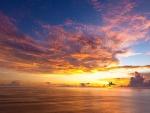 El sol entre el cielo y el mar