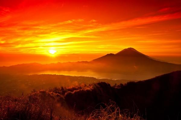 El sol e intensos colores en el cielo