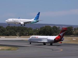 Avión aterrizando y otro en pista
