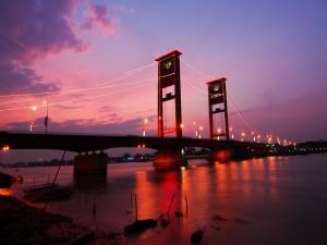 Puente Ampera al anochecer (Sumatra, Indonesia)