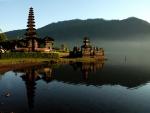 Templos junto al agua en Indonesia