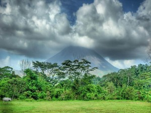 Volcán expulsando humo