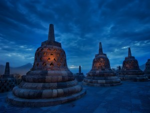 Postal: Estupas budistas al anochecer, en el Santuario Borobudur