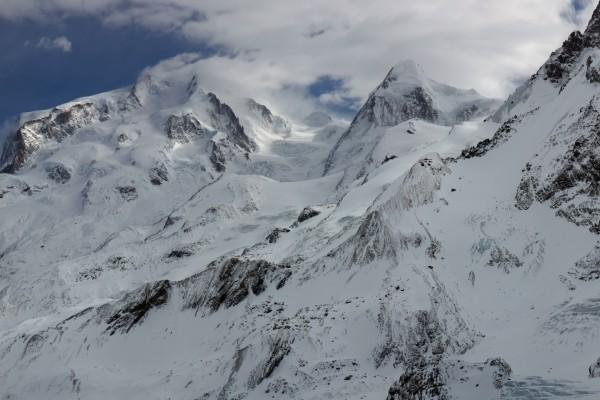 Montañas con nieve y nubes