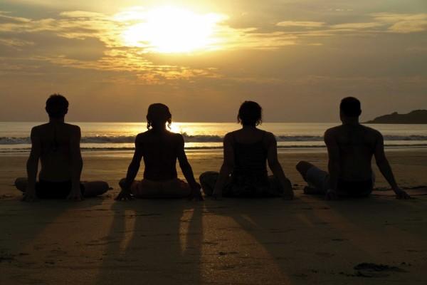 Sentados en la playa mirando al sol