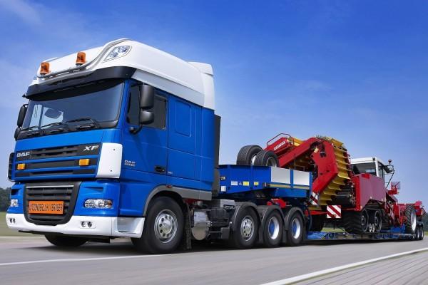 Camión Daf azul con un tractor