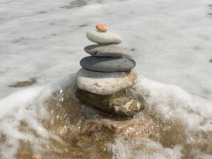 Torre de piedras en el mar