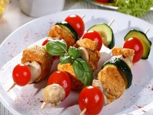 Brochetas con verduras y carne