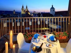 Mesa preparada en el balcón, para una cena romántica