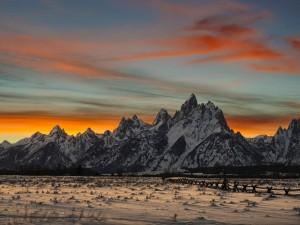Grandes montañas con nieve