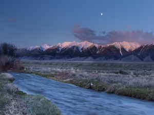 La luna en el cielo sobre las montañas
