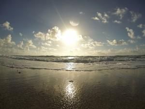 Mirando al sol desde la orilla del mar