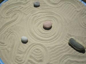 Piedras colocadas en la arena