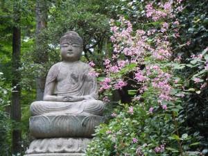 Postal: Buda en un jardín