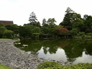 Estanque y árboles en el jardín