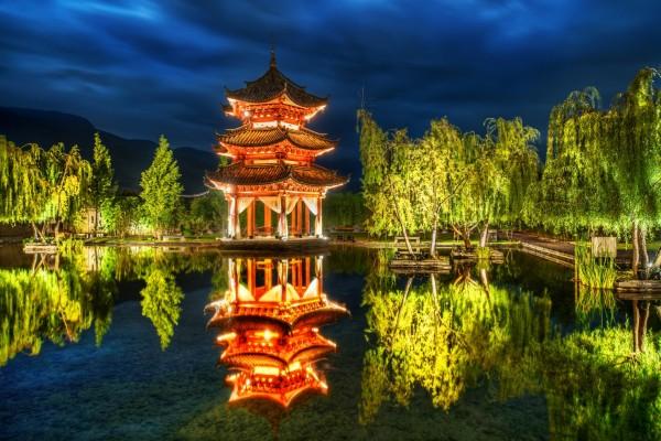 Bonito parque iluminado en la noche
