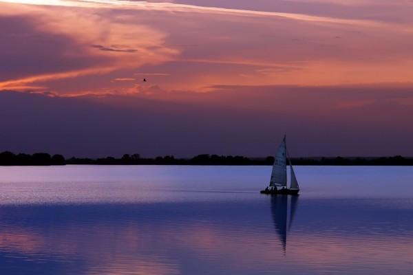 Embarcación paseando en la soledad de la noche