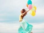 Feliz con globos de colores