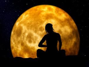 Postal: Mujer cerca de la luna