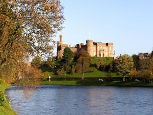 Postal: Vistas del castillo desde la orilla del río