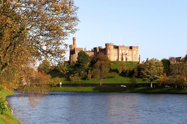 Vistas del castillo desde la orilla del río