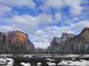 Piedras del río cubiertas de nieve