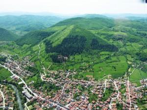 Vista aérea de una ciudad y verdes montañas