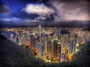 Vista aérea de los edificios iluminados al atardecer