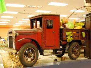 Postal: Hermoso camioncito lleno de vegetales en una tienda de Montreal (Canadá)