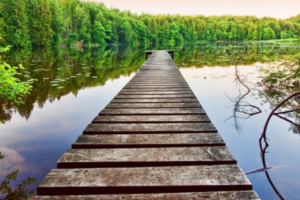 Plataforma de madera en el lago