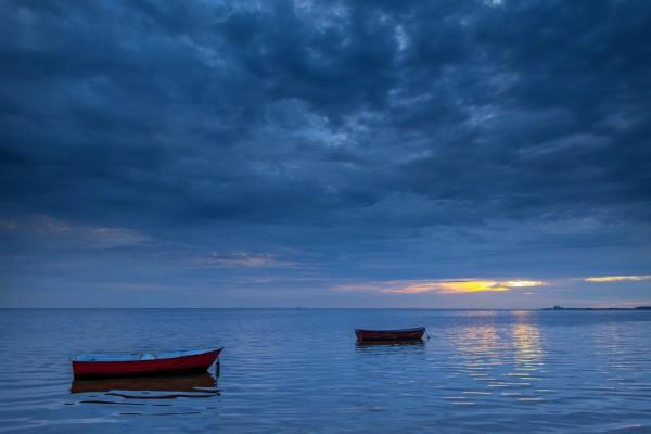 Dos botes en la inmensidad del mar