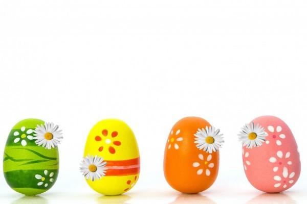 Huevos de Pascua adornados con flores