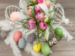 Postal: Huevos de Pascua, tulipanes y plumas