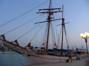 Postal: Barco en el puerto al anochecer