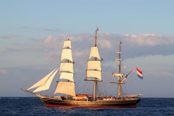 Barco con bandera de los Países Bajos